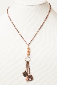 """""""Luck and Love"""" Collier métal couleur bronze, perles de verre et breloques. Longueur 18 pouces"""
