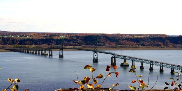 Vue d'un pont en face de la chute